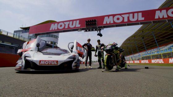 Μοτοσυκλέτα MotoGP VS Αγωνιστικό McLaren GT3 στη πίστα του Assen