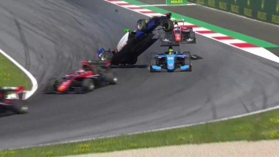 Απίστευτο ατύχημα σε αγώνα GP3 – Έκανε τούμπες στον αέρα (video)
