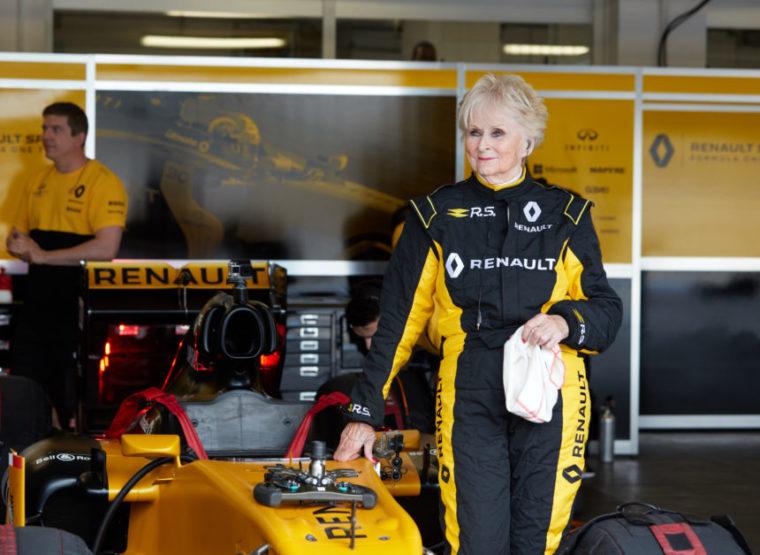Γυναίκα 79 ετών οδήγησε μονοθέσιο F1 (vid)