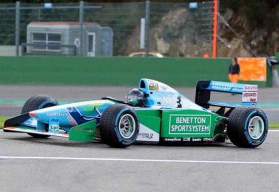 O Mick Schumacher οδηγεί την Benetton του πατέρα του